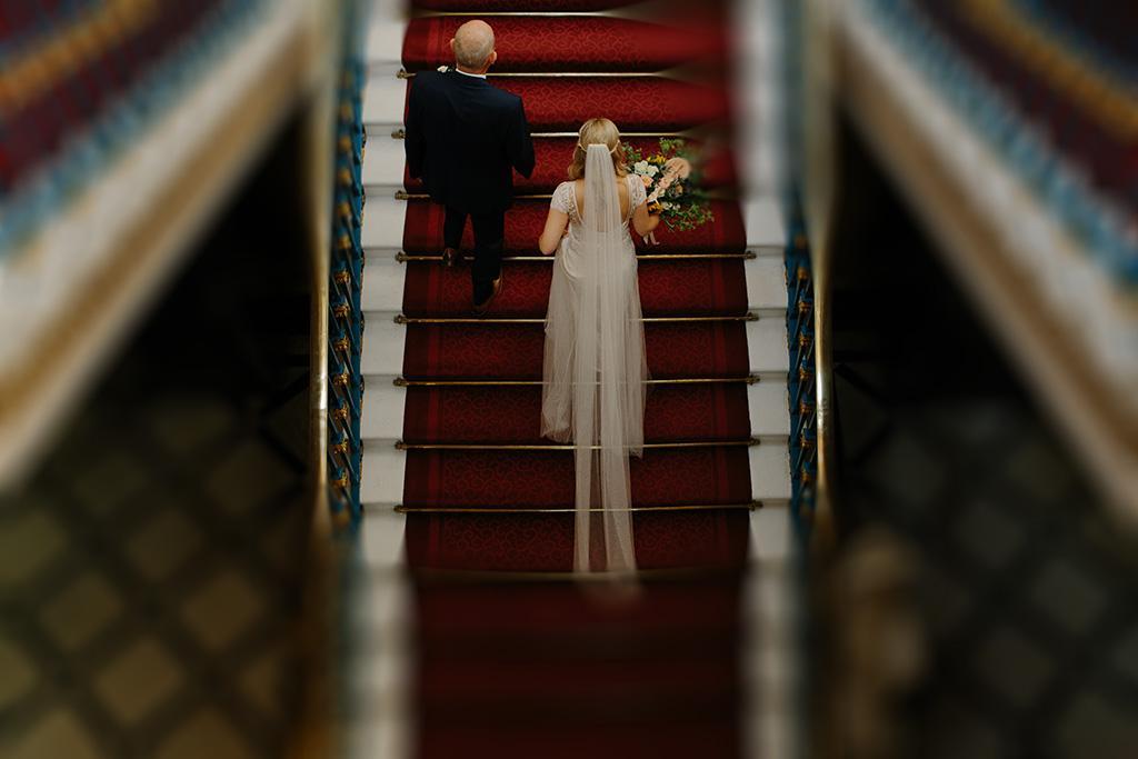 父親帶著女兒走上紅毯樓梯