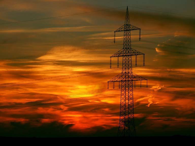 夕陽下的輸電塔